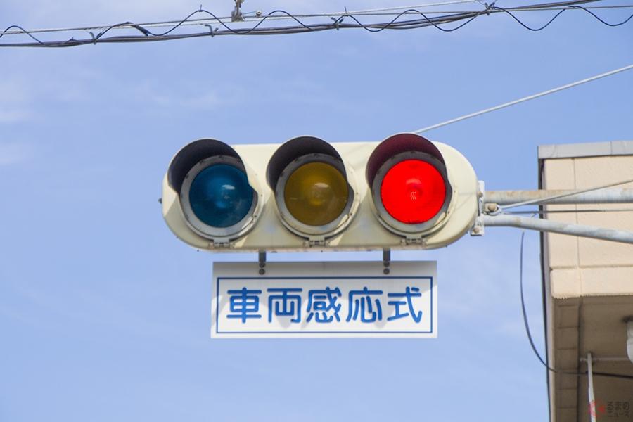 感応式信号は何に反応しているのか なかなか青にならないときは交差点上空に注目!? | くるまのニュース