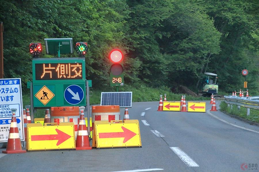 工事用信号で交通整理をしている様子