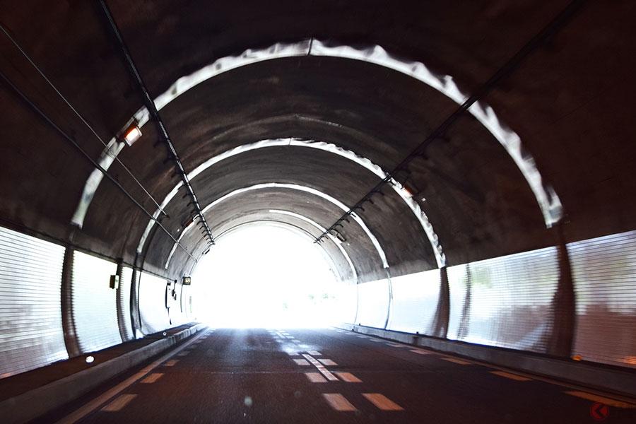 走行中の「トンネル」には危険がたくさん! 油断すると大惨事となる注意ポイントとは | くるまのニュース