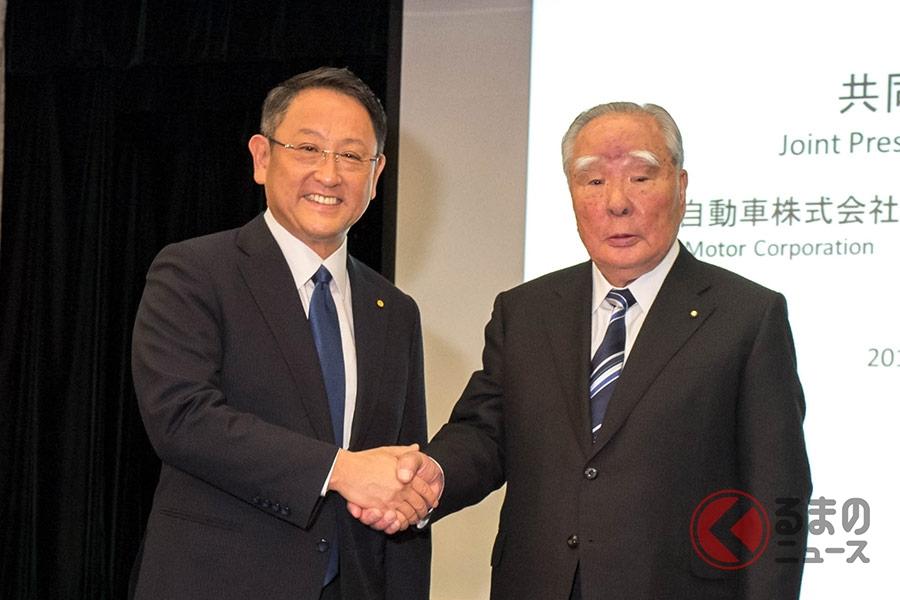 トヨタ自動車株式会社 豊田社長(左) と スズキ株式会社 鈴木会長(右)