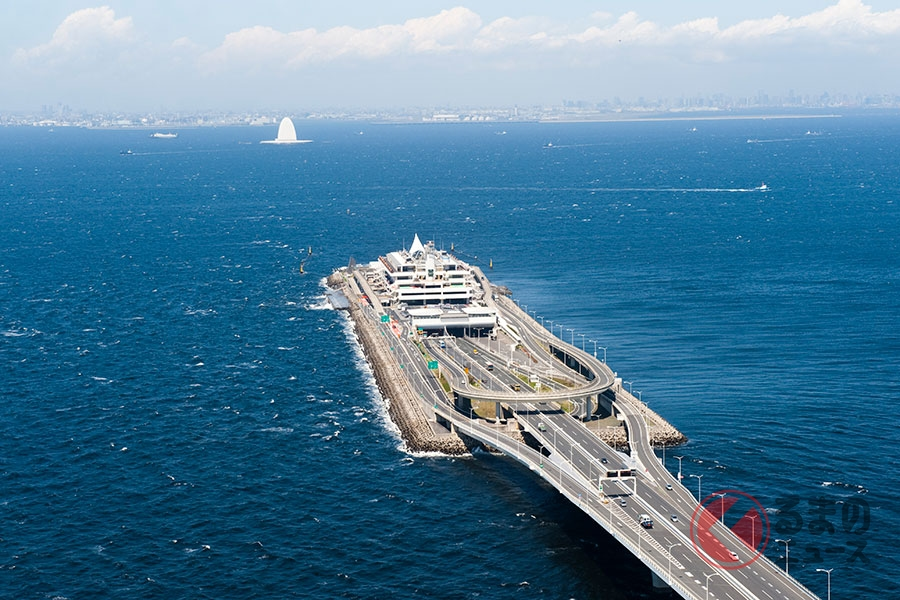 東京湾に浮かぶ「海ほたるパーキングエリア」(写真提供:NEXCO東日本)