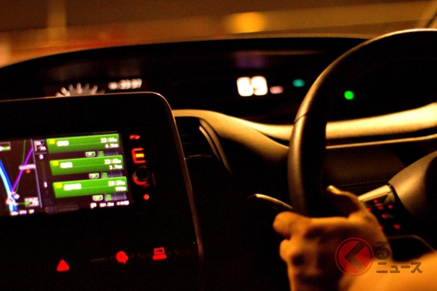 渋滞中の高速道路で眠気と戦うドライバーのイメージ