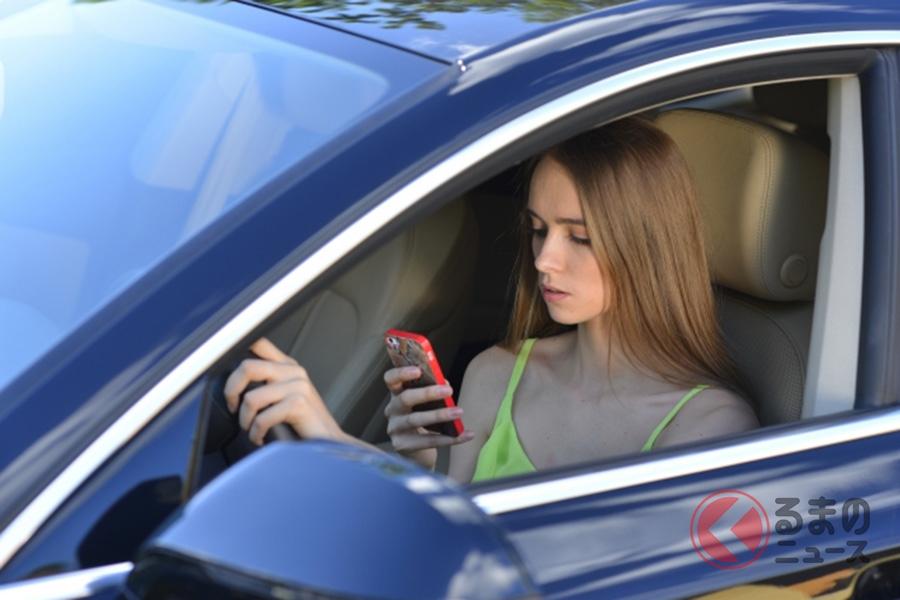 運転中にスマホを操作するイメージ