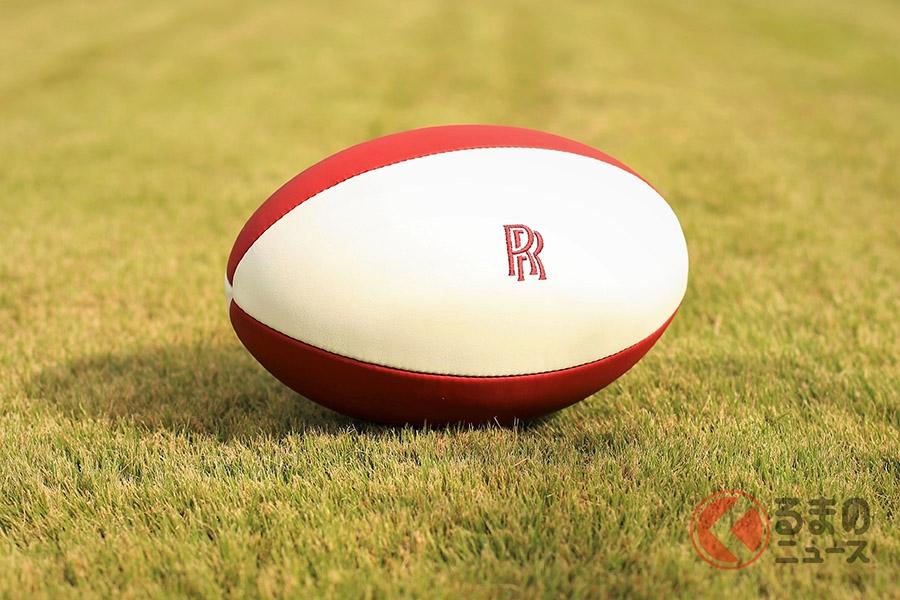日の丸をイメージした紅白の革に赤い刺繍をあしらったロールス・ロイス製ラグビーボール