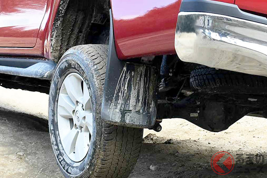本来、マッドガードはタイヤが巻き上げた泥や汚れを防ぐ装備(トヨタ「ハイラックス」)