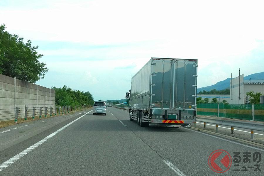 走行中のトラックに対して「急な割り込み・煽り」は危険です