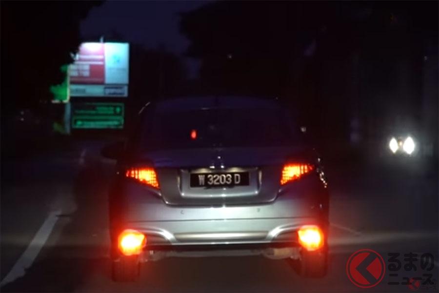 晴天夜間にバックフォグを点灯させて走行するクルマ。マレーシアではトヨタが適正使用に関する啓発動画を公開している(画像:Toyota Malaysia)