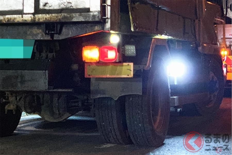 トラック後輪付近から眩しい光を放つ違法「路肩灯」(撮影:加藤博人)