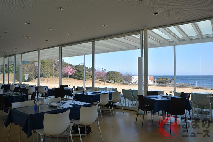 海側は、床から天井まで1枚の大きなガラス窓になっている。海だけでなく、芝生広場横の緑も楽しめる。