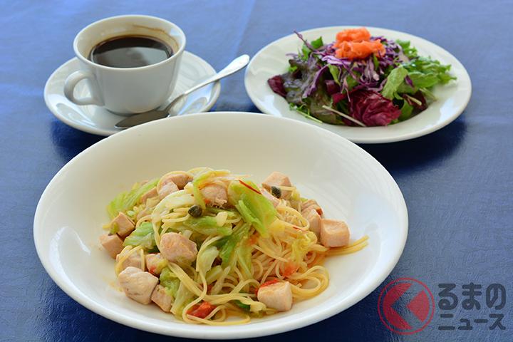 ランチのセットとなる「キャベツとメカジキ ケイパー チェリートマトのオイルベース スパゲティ」(サラダ/ドリンク付き1400円)。地元の旬の食材が使用されている。