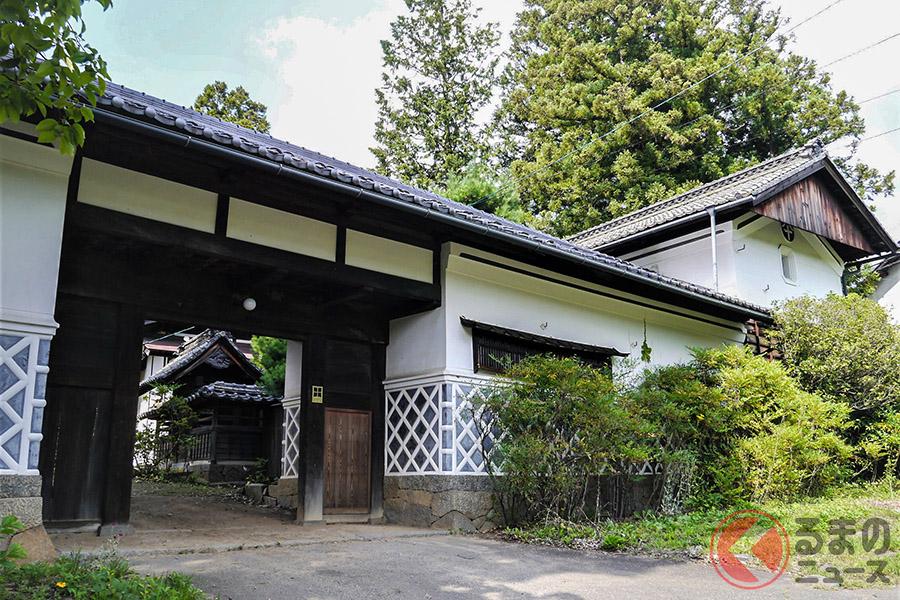 1931年6月に、創業者斉藤武茂が「扉温泉 明神舘」として開業。山で採れたものや畑でつくったものでおもてなしをする家族経営の小さな宿からスタートした経緯がある