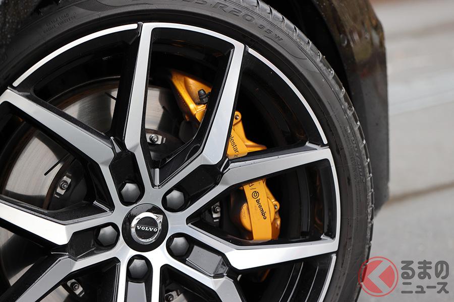 ポールスターとブレンボが共同開発した371mm・6ピストンのフロントブレーキを採用。キャリパーは前後ともゴールド色になる