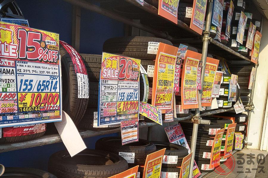 カー用品店で販売されているタイヤ。「低燃費タイヤ」はエコ性能とウエット性能がグレーディング表記されている