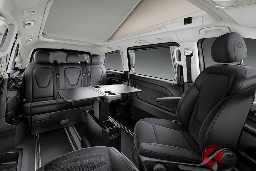 運転席と助手席は最大230°回転する
