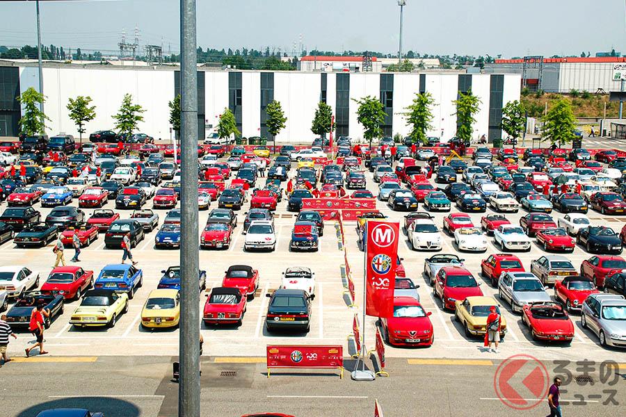 アレーゼの隣町(ロー)にある大規模見本市会場「フィエラ・ミラノ・ロー」の駐車場には、新旧さまざまなアルファ ロメオが集結した