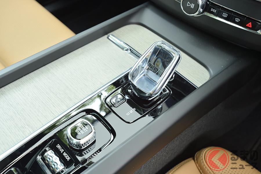 ボルボ「XC60 B5 AWD インスクリプション」のシフトセレクターレバー。クリスタル製になる