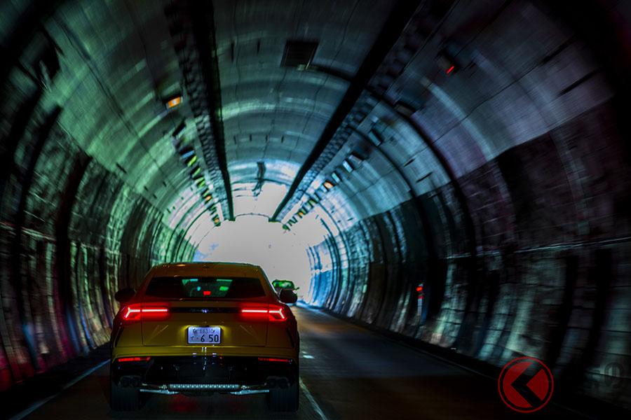 箱根へと向かう乙女峠のトンネルでは、ウルスの官能的なエンジン音を楽しむことができた