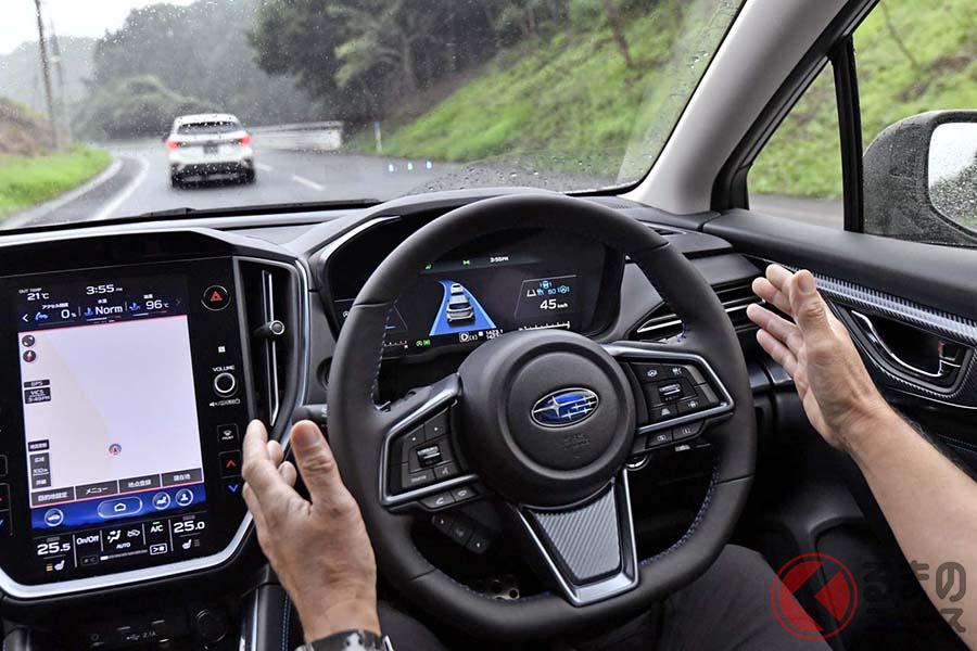新型「レヴォーグ」に搭載のアイサイトXで「渋滞時ハンズオフアシスト」を体験しているときの写真。50km/h未満で作動する
