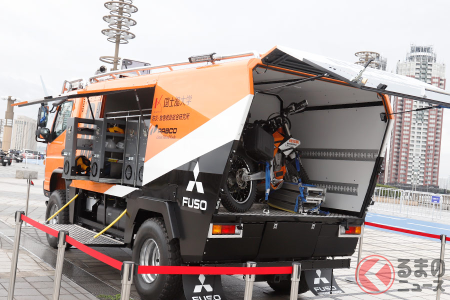 三菱ふそうと国士舘大学がコラボした救援車両「キャンターアテーナ」(東京モーターショー2019撮影)
