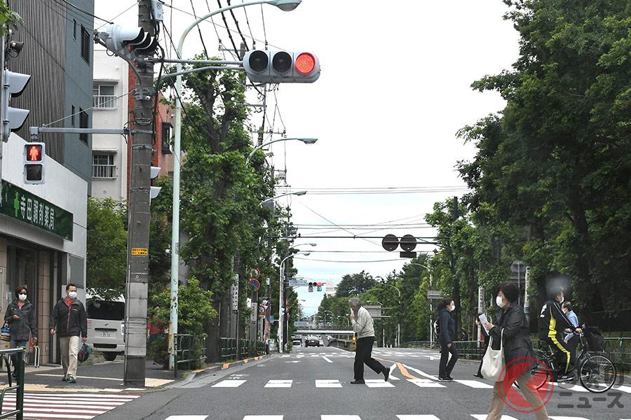 赤信号なら問題ない? 道路交通法では問題なくも、危険性は高いといえる。