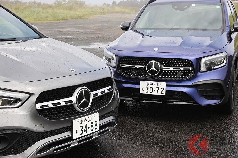メルセデス・ベンツ新型「GLA」(写真左)とニューモデル「GLB」(右)。同じプラットフォームを用いた兄弟車だが、全体的な印象はかなり異なる