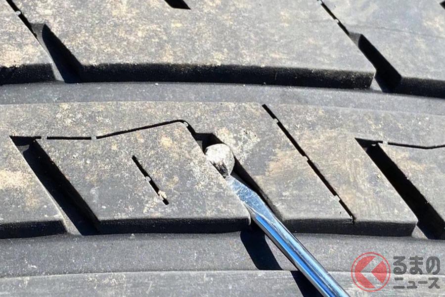 マイナスドライバーなどで小石を取り除く場合は、タイヤの破損や怪我に気をつけること。