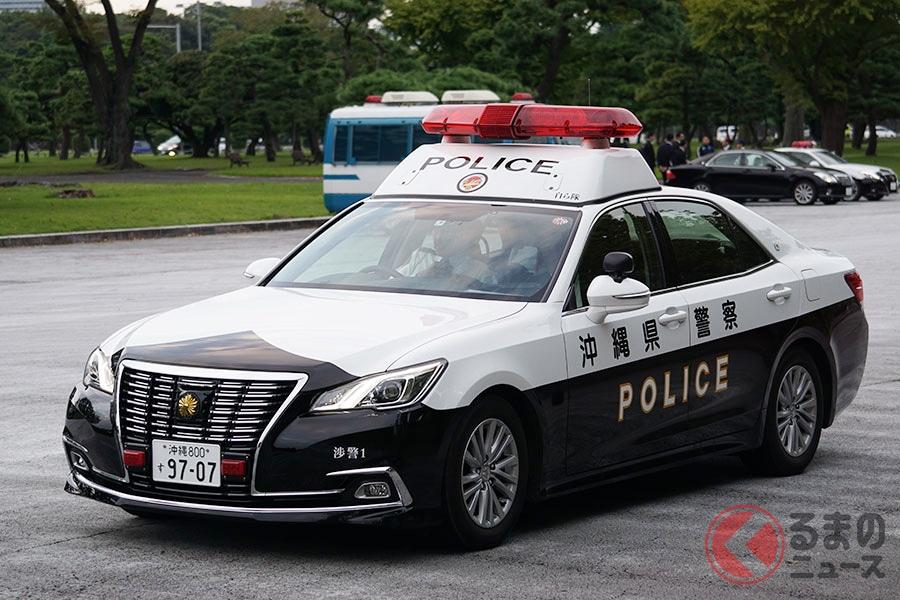 「即位の礼」にともない都内を走る沖縄県警察のパトカー(写真:加藤博人)
