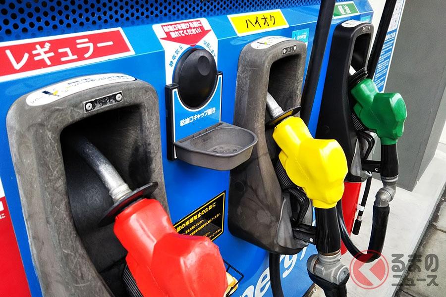 後をたたない「燃料入れ間違い」。「レギュラー」は赤、「ハイオク」は黄色、「軽油」は緑と色分けされている。