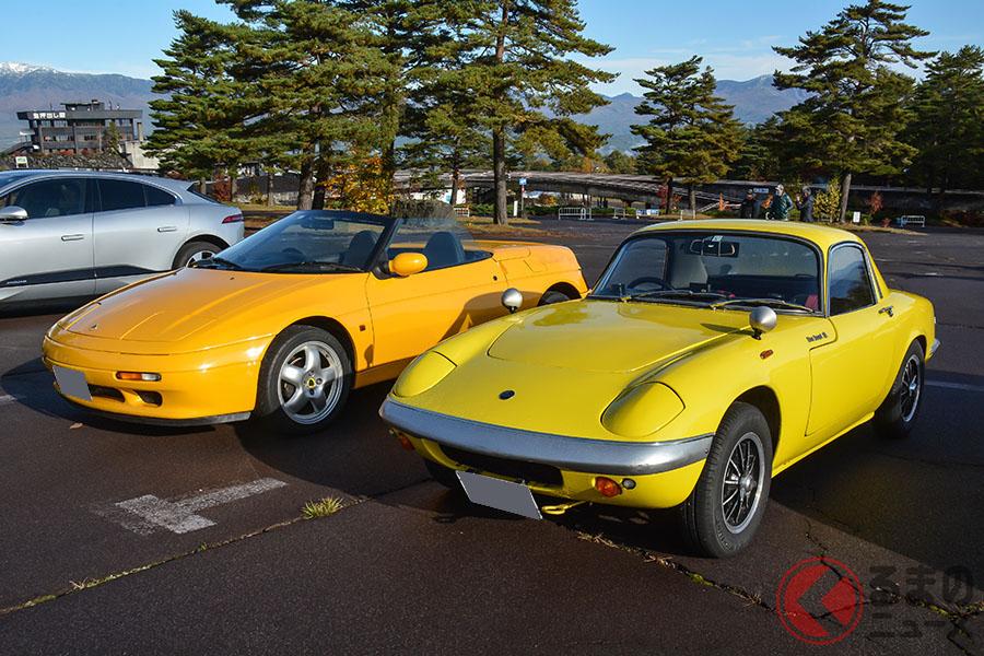 1960年代スポーツカーを代表する名作となった初代と、その名跡を受け継いだ2代目からなる2台のロータス・エランが並ぶショット。同じイエローが並ぶ姿は、壮観のひと言に尽きる