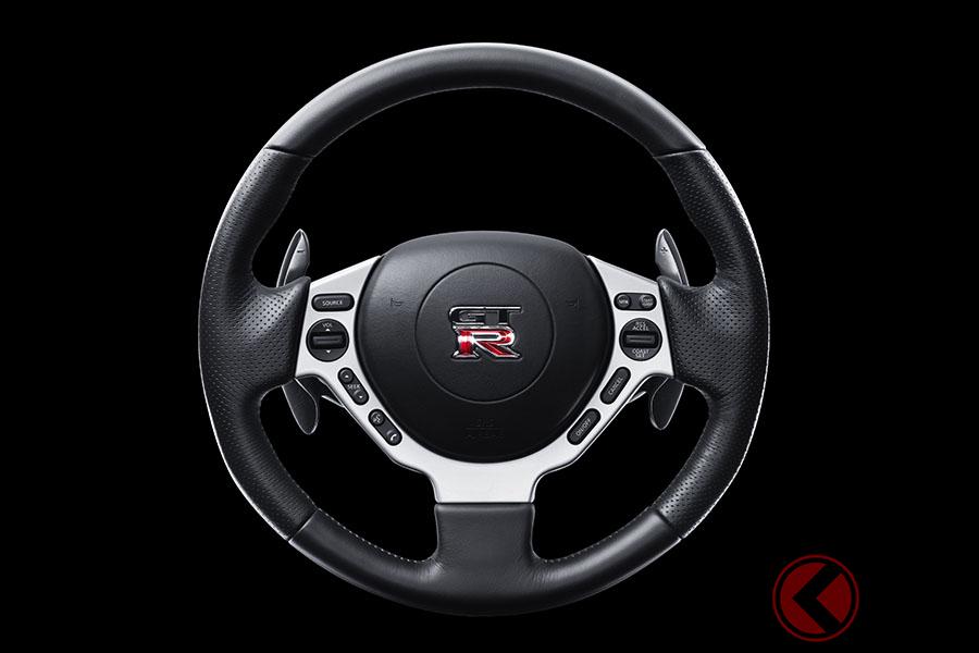 日本を代表するスポーツカー、日産「GT-R」。登場当時の2007年式GT-Rは、パドルシフトはコラム側に付き、ステアリングと一緒に回らないタイプだったが、2017年モデルから現行のステアリング側に装着されるタイプに変更されている