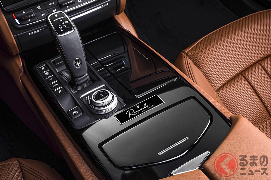限定車であることを証明する為の特別なデディケーション・バッジが付帯される