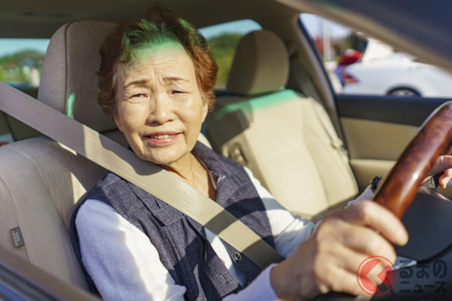 高齢ドライバーがクルマで出かけるイメージ