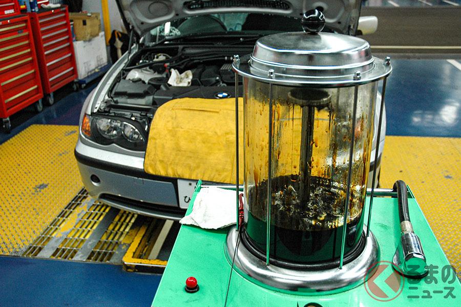 ポンプを使ってオイルを吸い出す方法を「上抜き」と呼ぶ。いったん透明の容器に入れて回収されるため、このとき汚れの程度などを確認しやすい