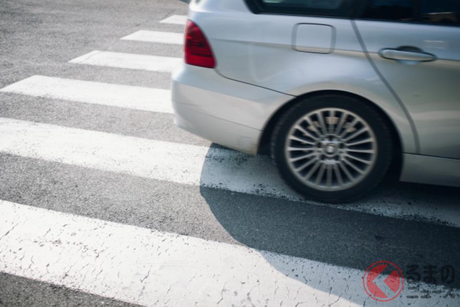 横断歩道を通過するクルマのイメージ