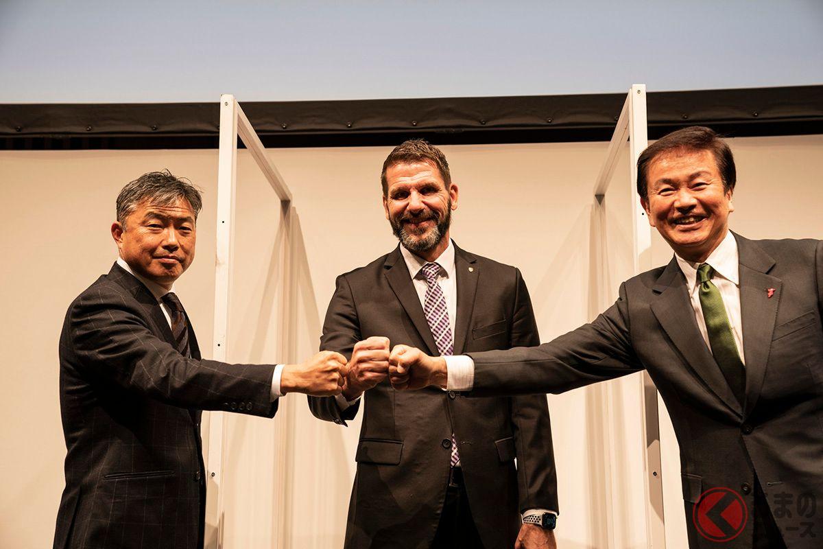 2020年11月24日、ポルシェジャパンと千葉県、木更津市で覚書の調印式がおこなわれた。右から千葉県知事の森田健作氏、ポルシェジャパン社長のミヒャエル・キルシュ氏、木更津市長の渡辺芳邦氏
