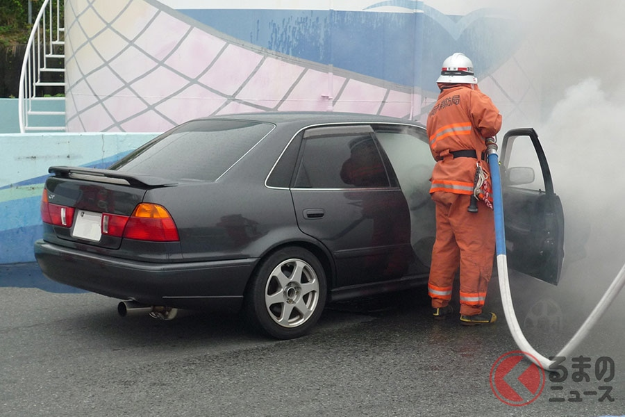 実際に車両のエンジン部分から火が発生した際の消火活動