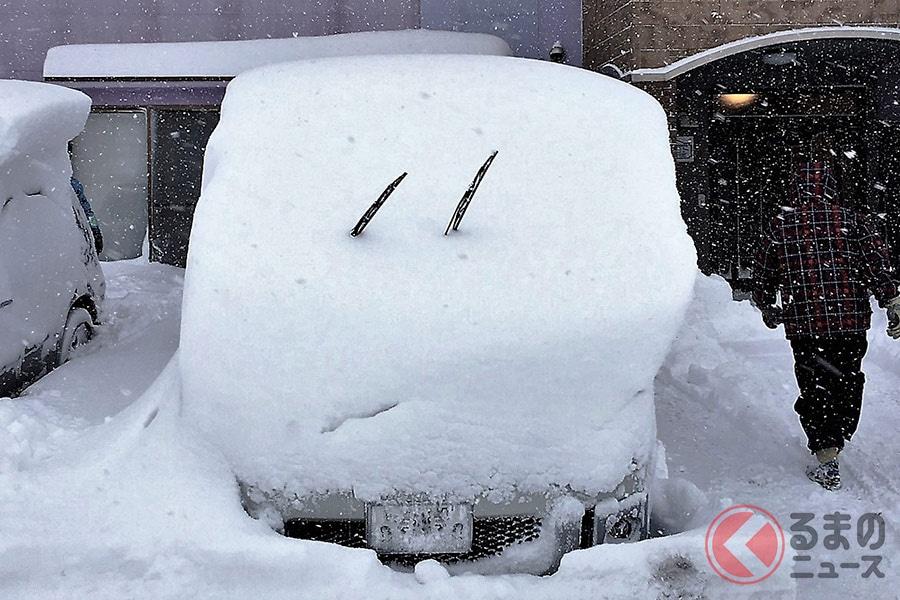 降雪時に見かけることの多いワイパーを立てているクルマ
