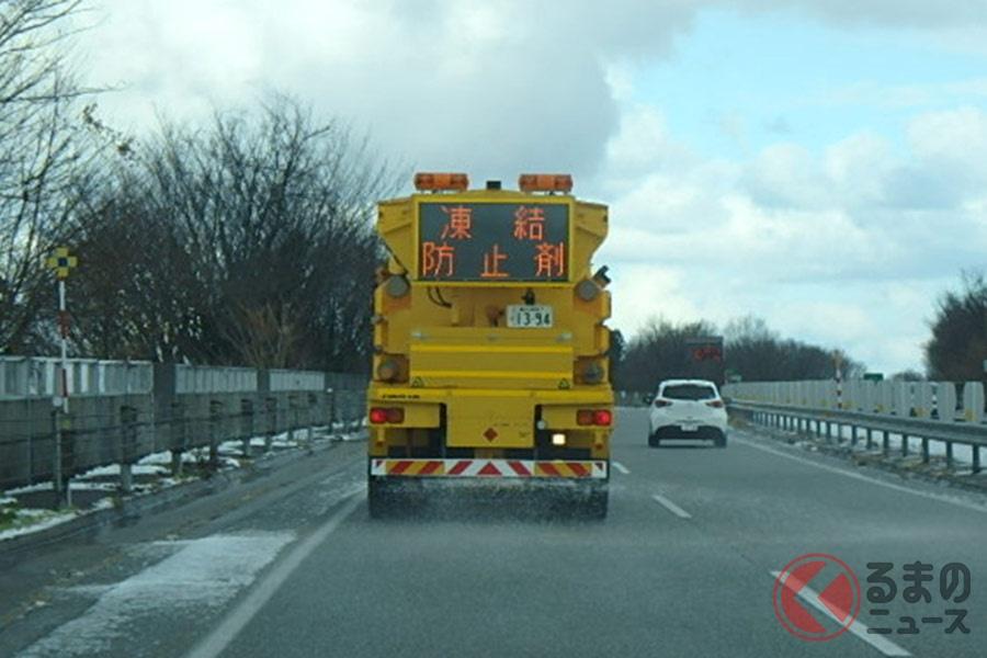 冬では、街中、高速道路、雪山などさまざまな場所で凍結防止剤などが散布されている