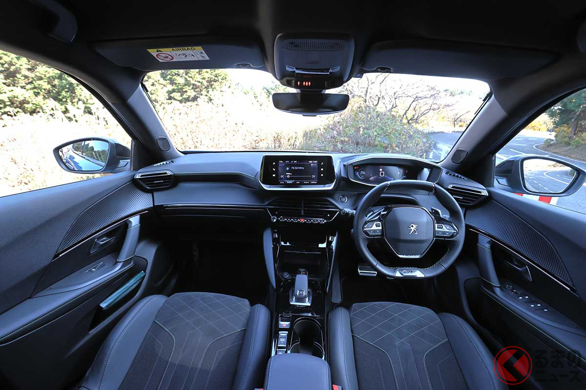 プジョー新型「SUV 2008 GTライン」のインテリア。「3D i-Cockpit(3D iコックピット)と呼ばれる