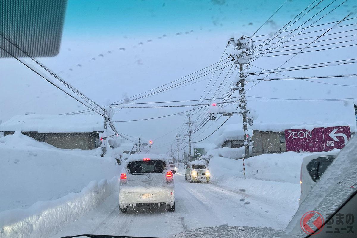 積雪で見えなくなった信号機
