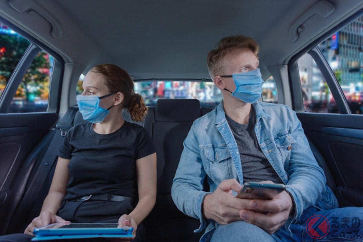タクシーで感染防止対策をするイメージ