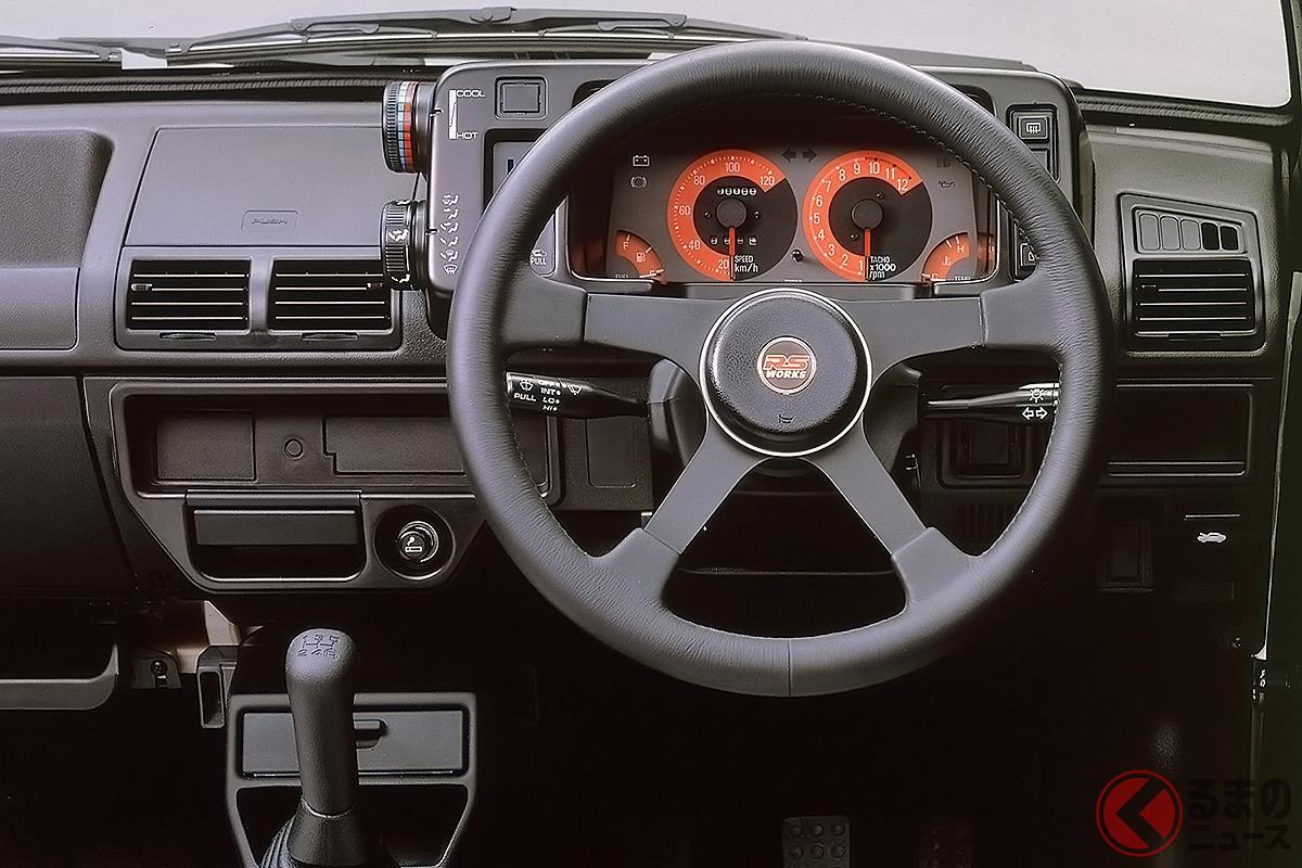タコメーターのレッドゾーンが市販車の域を超えた初代「アルトワークス」のコクピット