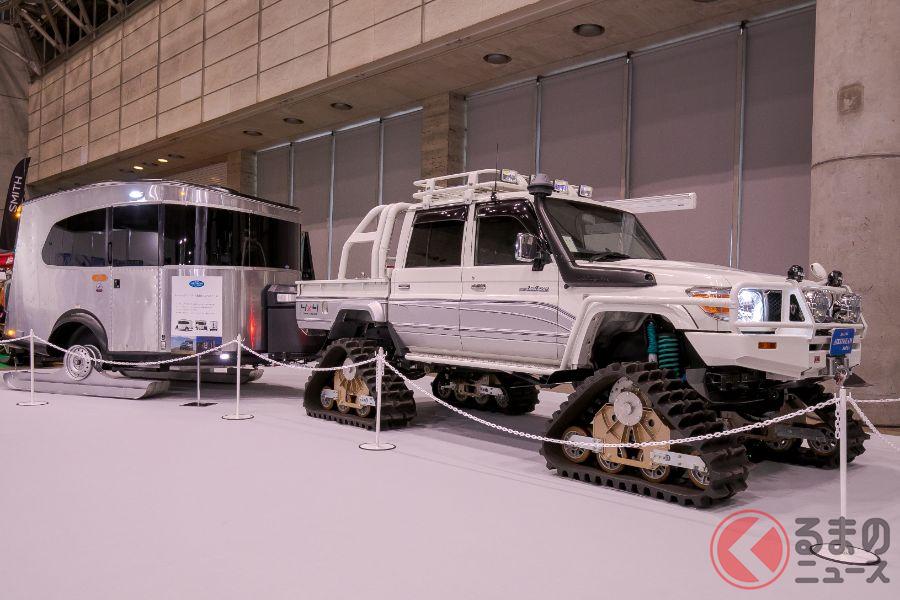 エアストリームの「ベースキャンプ(雪上仕様)」とそれをけん引するクローラー装着車