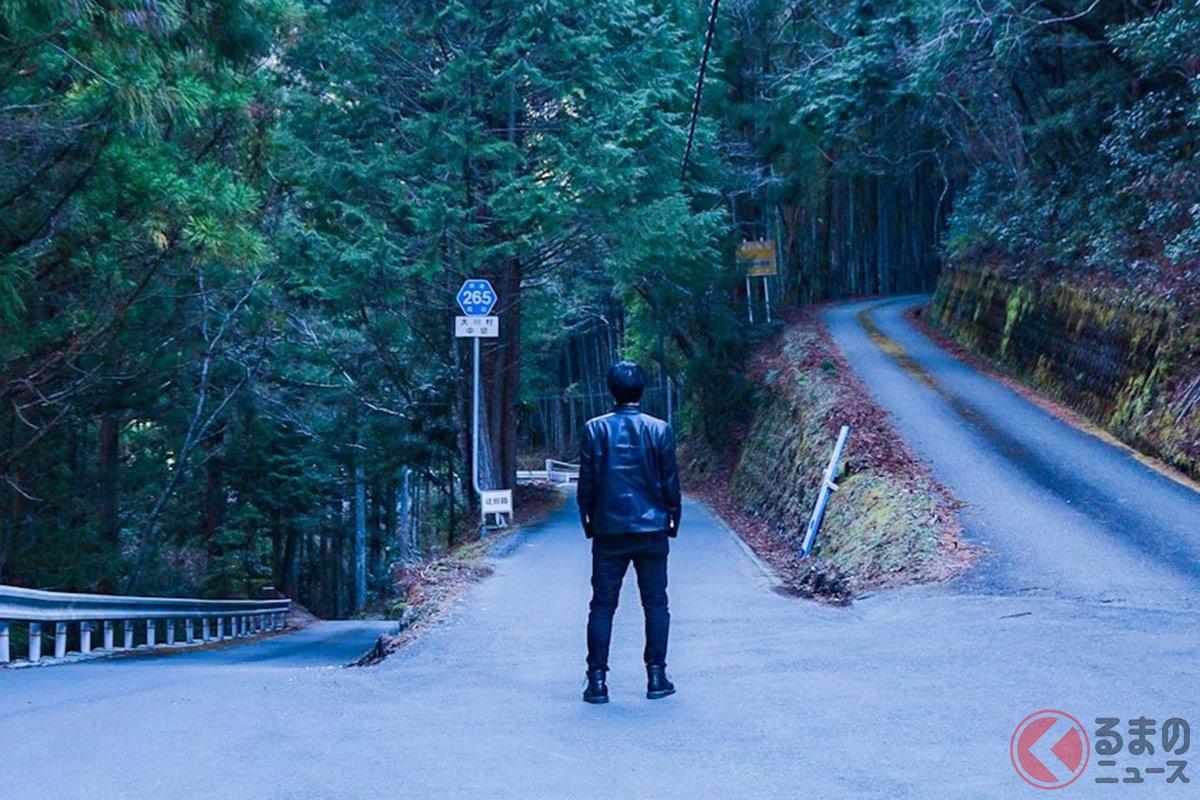思わず人生の選択肢のように感じられる 世にも珍しい「3つの方向に分かれた道路」[しんぺー(@shxxxsh01)さん]