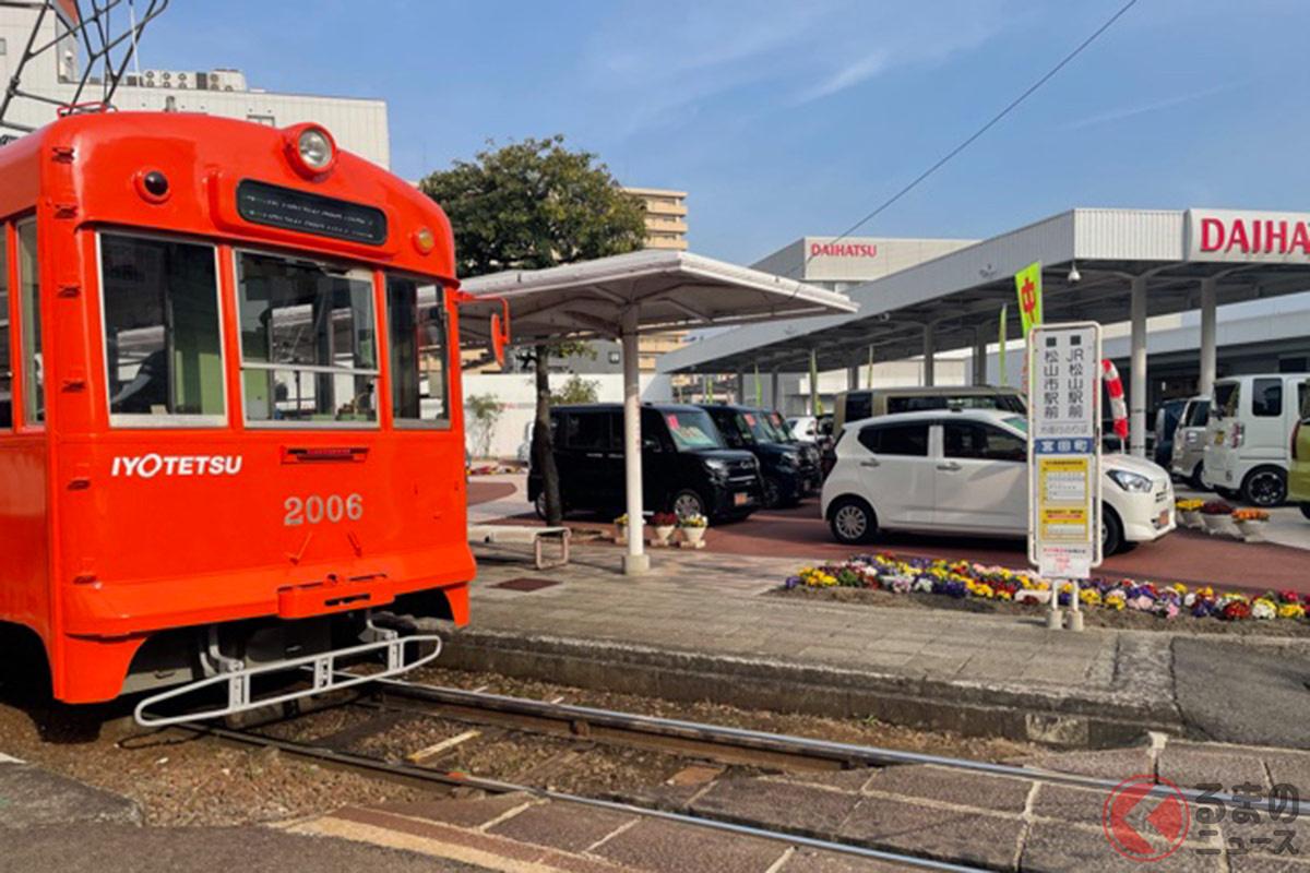 宮田町駅に停車している伊予鉄道大手町線の路面電車(画像:ダイハツ松山店)