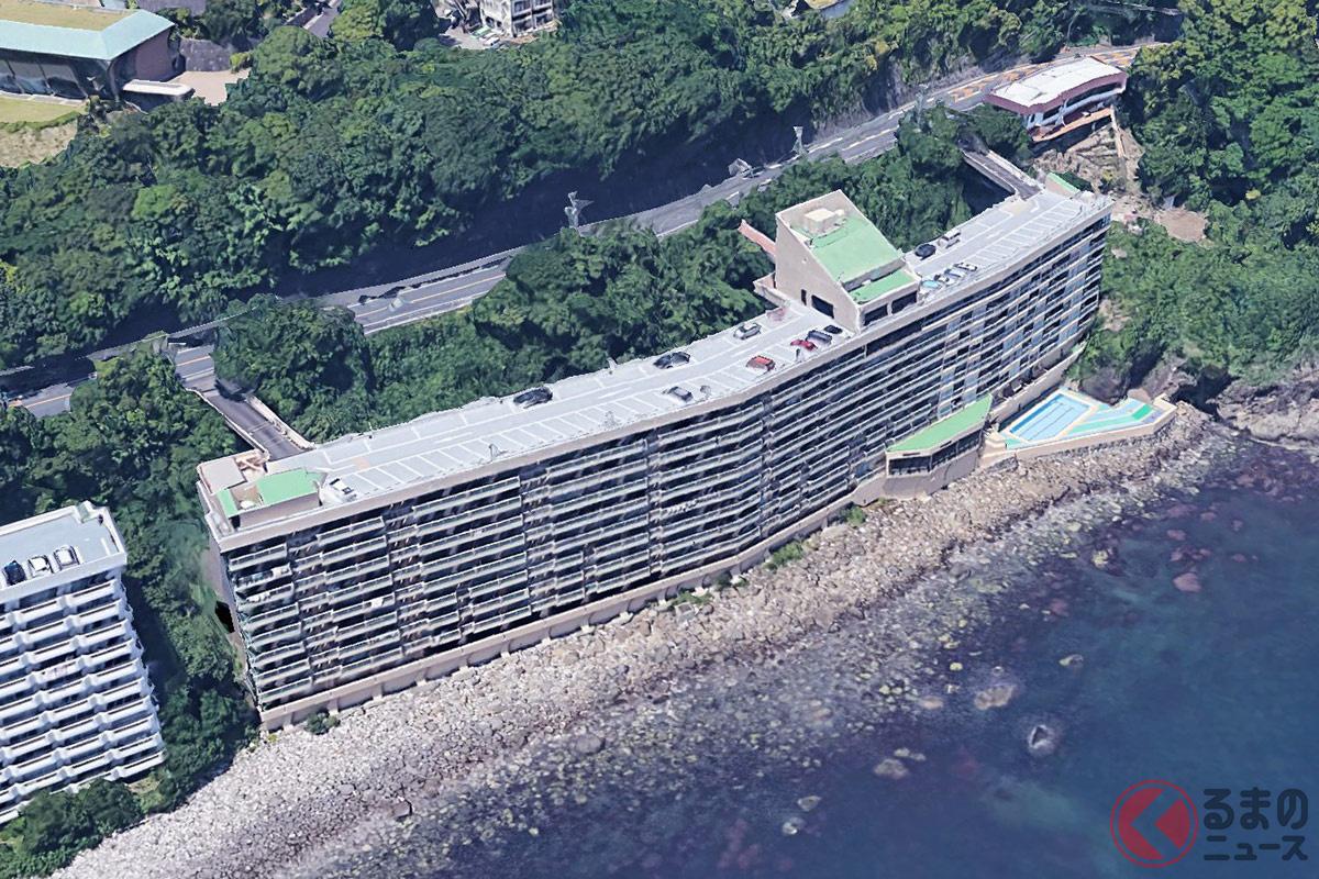 静岡県熱海市にある「屋上駐車場が国道と繋がったマンション」こと、熱海ターガスマンション(画像:マンション管理会社)