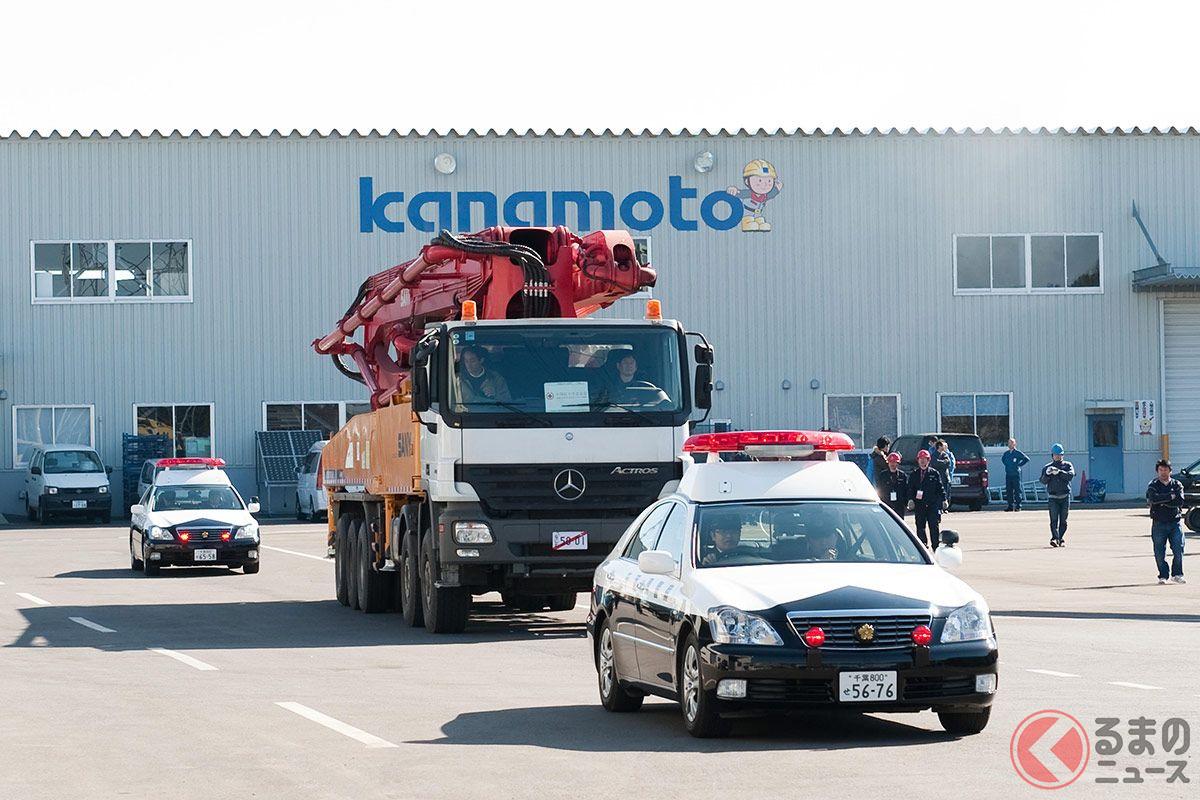 超法規的措置によって日本に持ってこられたコンクリートポンプ車。移動中の前後には各府県のパトカーが護衛にあたった(写真提供:東京電力、WWB(株)、川添智弘、加藤ヒロト)