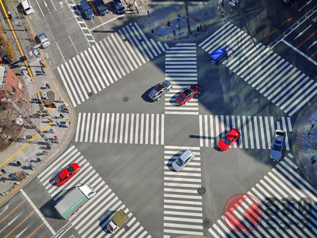 クルマで横断歩道を横切るイメージ