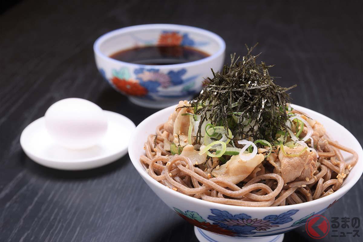 メルセデス ミー羽田エアポートに出店するThe Minatoya Loungeで食べることができる「冷たい肉そば」(950円。スモールは750円)