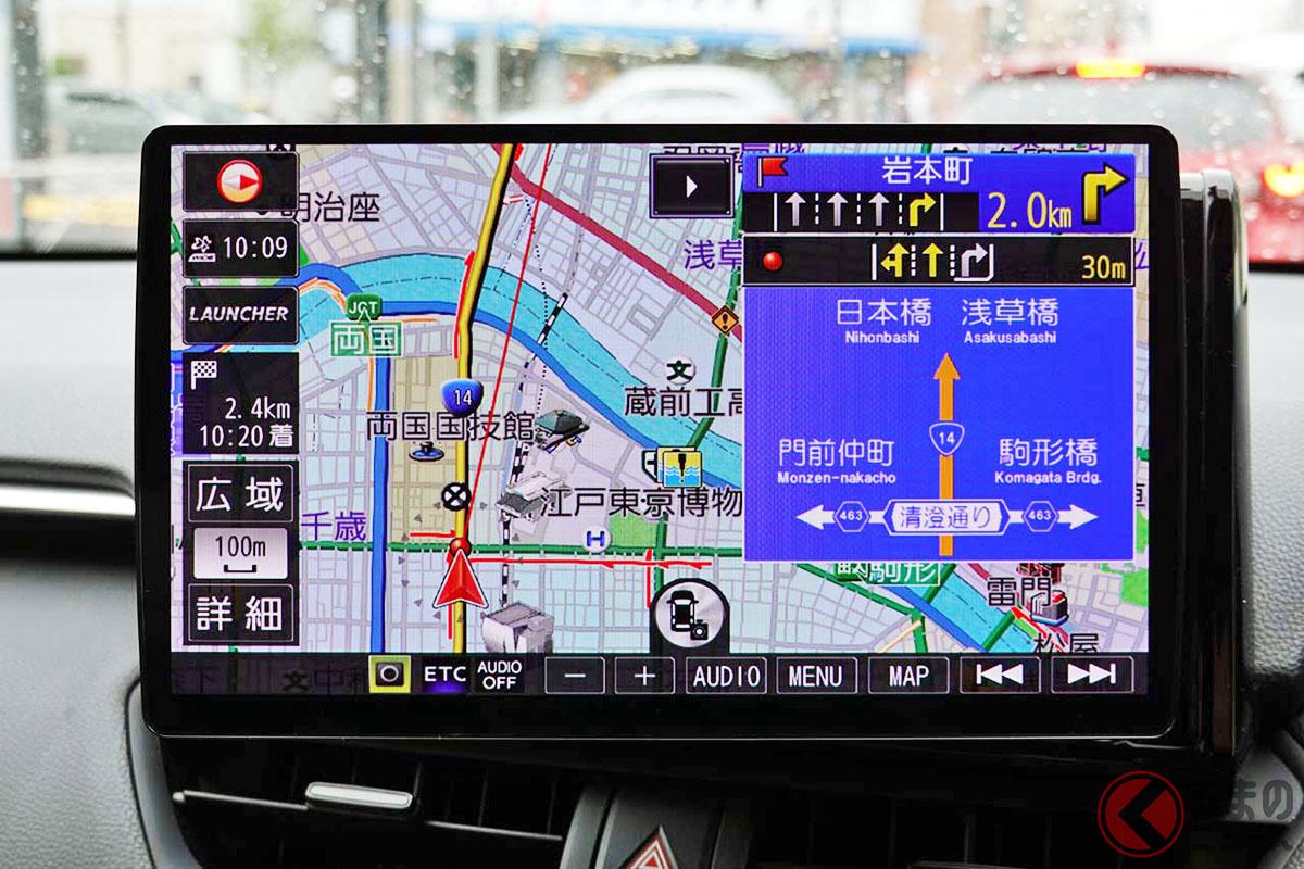 車載ナビはローカルに地図データを置くことで、方面案内標識など詳細な表示に対応し、道路の高低差も自動認識するなど、より詳細な案内を可能としている。写真はパナソニック「Strada」CN-F1X10BLD